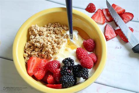 delicious  healthy breakfast bowl  greek yogurt