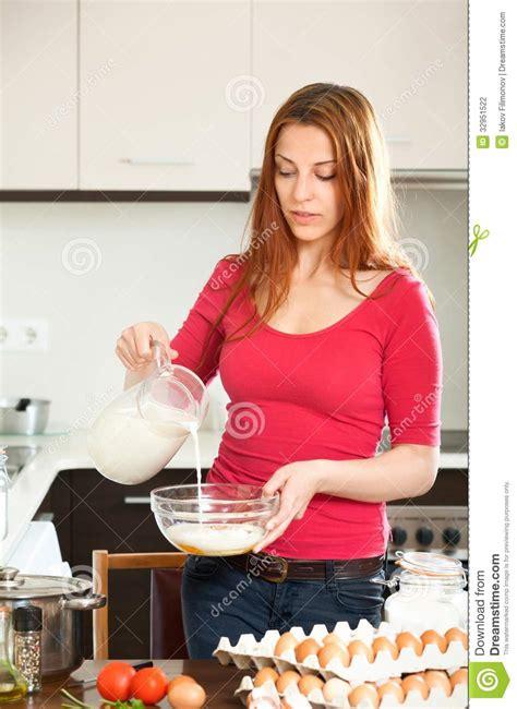 femme cuisine femme faisant la pâte ou l 39 omlet dans la cuisine