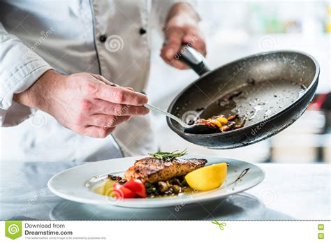un chef dans votre cuisine nourriture de finissage de chef dans sa cuisine de restaurant photo stock image 71285562