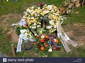 Trauer Blumen Bilder : friedhof tod trauer grablegung grab urne grab blumen blumengesteck rosen beerdigung ~ Frokenaadalensverden.com Haus und Dekorationen