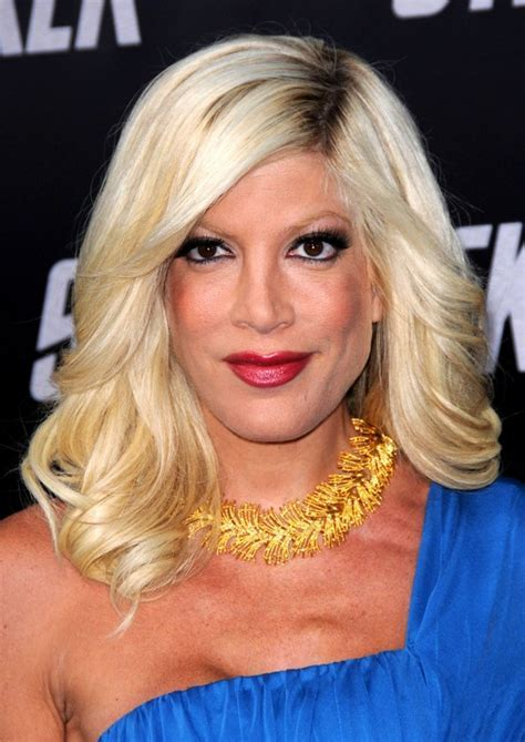 Smooth Waves in Med Long Pale Blonde Hair: Tori Spelling's