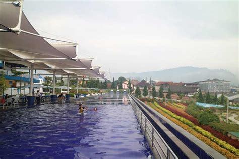 seru berenang  kolam renang floating market lembang