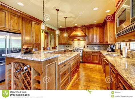 la cuisine du comptoir cuisine en bois de luxe avec la partie sup rieure du