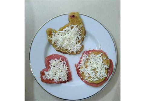 Tuang adonan pancake menggunakan sendok sayur ke dalam teflon. Resep MPASI 10 bulan Pancake Bayi Pisang Buah Naga Endesss 😍 oleh ardine cahya Pratiwi - Cookpad