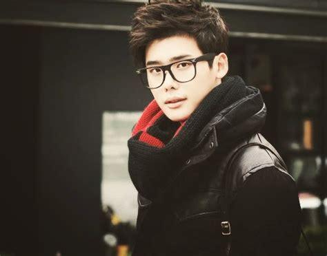 actores de corea  se ven muy guapos usando lentes