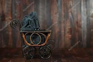 Baby Wiege Holz : baby wiege auf grunge holz hintergrund stockfoto tobkatrina 30318475 ~ Frokenaadalensverden.com Haus und Dekorationen