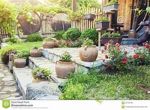 Cour De Maison : belle cour de maison avec des fleurs photo stock image du escaliers baril 54792192 ~ Melissatoandfro.com Idées de Décoration