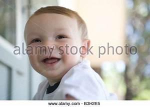 Spielzeug Für 8 Monate Altes Baby : 8 monate altes gl ckliches baby boy wei e weste und jeans tragen sitzen und l cheln stockfoto ~ Yasmunasinghe.com Haus und Dekorationen