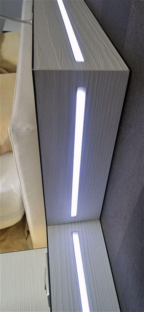 tete de lit led une t 234 te de lit lumineuse gr 226 ce 224 l 233 clairage led www led