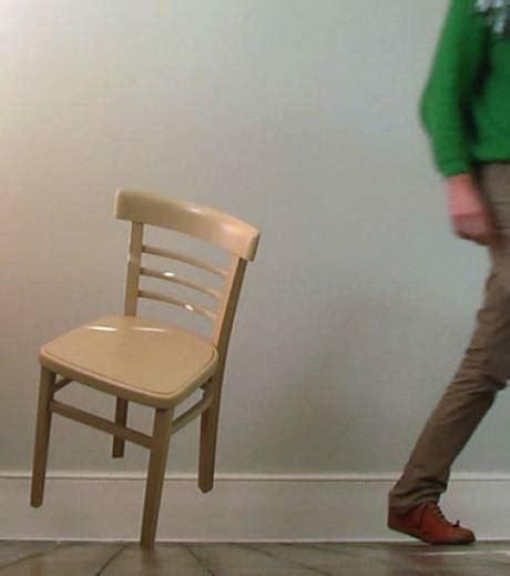 chaise qui se balance découvrez the balance chair la chaise qui tient en équilibre sur un seul pied