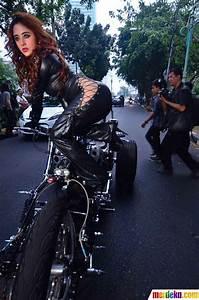 Foto Aksi Depe Jadi Catwoman Keliling Bundaran HI