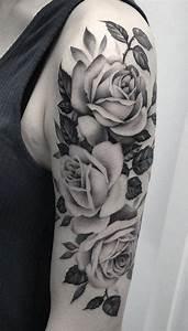 Rosen Tattoos Schwarz : 50 ideen f r rosen tattoo das symbol der wahren liebe tattoos zenideen ~ Frokenaadalensverden.com Haus und Dekorationen