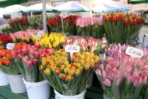 FOTO. Pavasara vēstneši klāt! Rīgas tirgū acis priecē ...