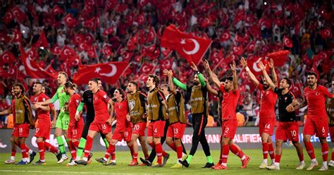 Turcijas futbolisti EČ kvalifikācijā pieveic pasaules ...