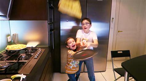 kamasoutra dans la cuisine on fait des crêpes dans la cuisine pour la chandeleur