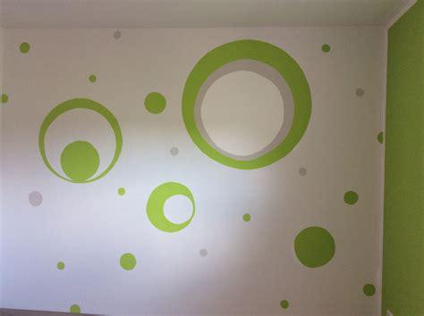 Kinderzimmer Junge Grün Streichen by Kinderzimmer Wand Streichen Gr 252 N Grau Kreise Punkte