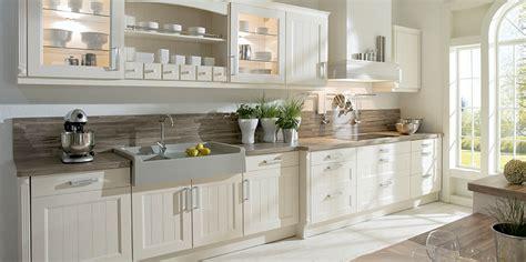 wohneinrichtung landhausstil weiße landhausküche mit viel stauraum küche landhausküchen und stauraum