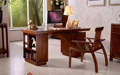 chaise de bureau en bois le bureau en bois massif est une classique qui ne se