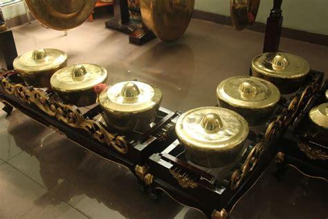 Alat musik ini tergolong musik aerofon yang mengeluarkan suara melalui udara dengan tangan kanan menekan tuts dan kiri memainkan melodi. Sejarah alat musik Tradisional Jenglong Jengglong berasal dari Jawa Barat yang menyerupai gong ...