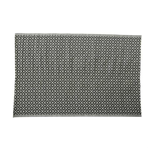 tapis d extérieur en polypropylène tapis d ext 233 rieur en polypropyl 232 ne noir et blanc 180 x 270 cm kamari maisons du monde