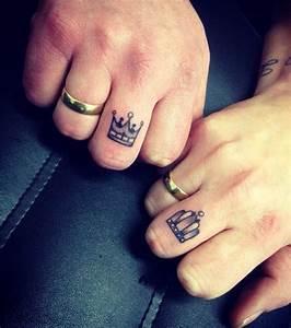 Tatouage Sur Doigt : photo tatouage couronne sur les deux doigts ~ Melissatoandfro.com Idées de Décoration