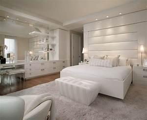Weisses schlafzimmer mit leder bett kopfteil und for Weisses schlafzimmer