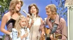 Jerry Reed Joins Wife & Daughters For Lovely Performance
