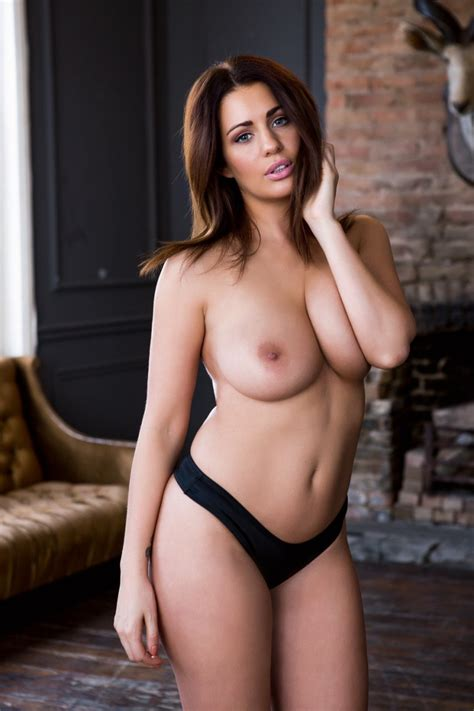 Holly Peers Sexy And Topless Hot Photos For Page