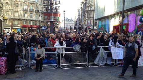 fans gather  leicester square   twilight film