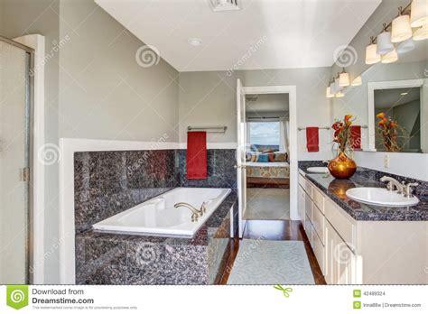 salle de bain dans chambre à coucher intérieur moderne de salle de bains dans la chambre à