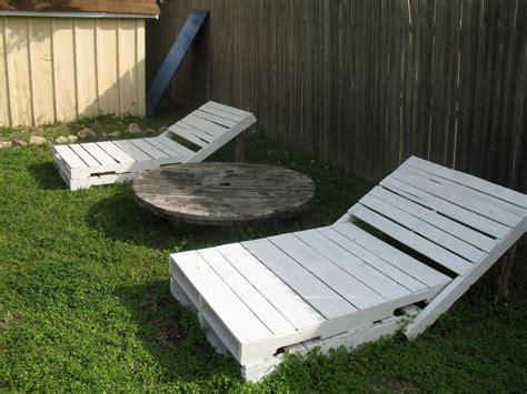 chaise longue en palette bois pallet outdoor furniture practical yet chic ideas