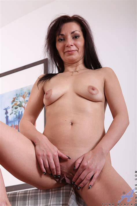 Tyna Black Flick Her Shave Pussylips Milf Fox