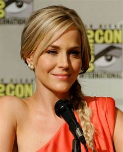 File:Julie Benz Comic-Con 2, 2012.jpg - Wikimedia Commons