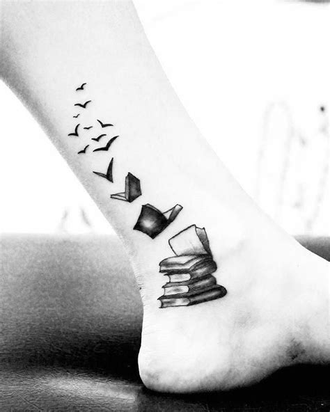 Libros #book #booktattoo #tattoo #legtattoo #birdstattoo #birdtattoo #blackandwhite #blackwork #