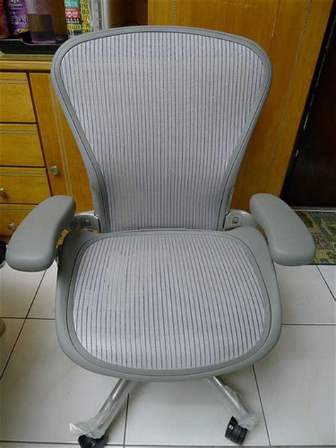 敗家開箱 高質感也高價位的 aeron 限量美灰版 人體工學椅入手 kenmingの鮮思維