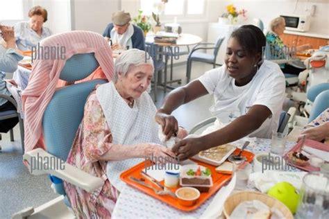 personne 226 g 233 e prenant repas assist 233 e d une aide soignante e h p a d dr chastaingt
