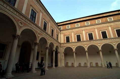 Cortile Palazzo Ducale Urbino by Cortile Di Palazzo Ducale Di Urbino
