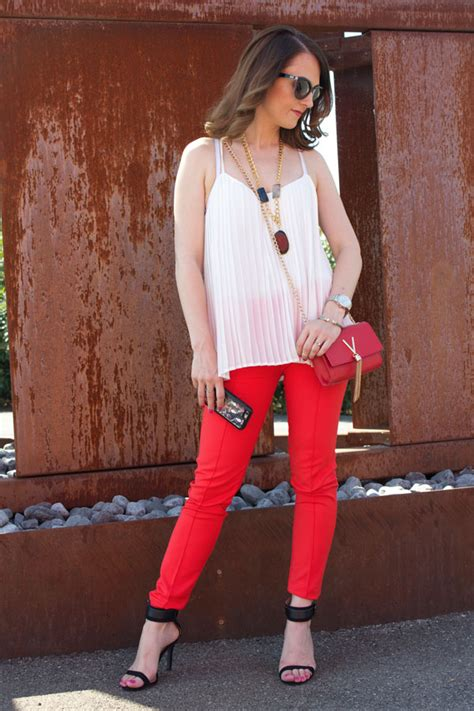 Red skinny pants and white top (summer outfit)