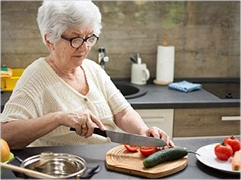 cuisine pour une personne seniors conseils pour aménager sa cuisine pharmacien