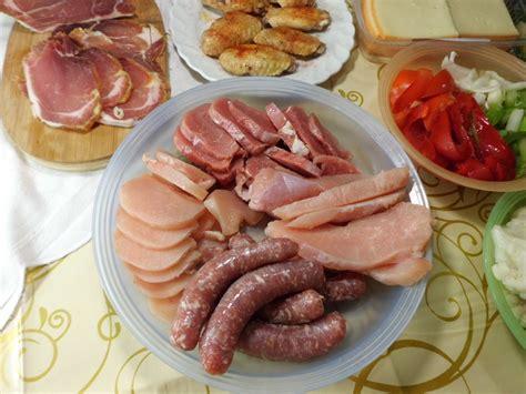 fleisch für raclette raclette klassisch mit k 228 se fleisch dips salate kartoffeln