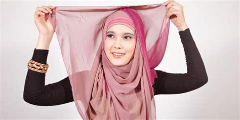 memakai jilbab pashmina modern  warna