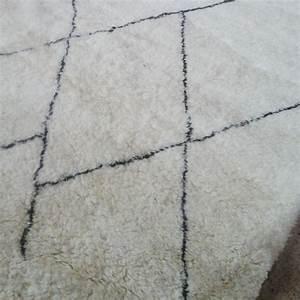 Grand Tapis Blanc : grand tapis berb re beni ouarain du maroc de la race des g ants blancs ~ Teatrodelosmanantiales.com Idées de Décoration