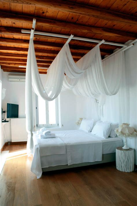 poster canopy bed  flowing interior design