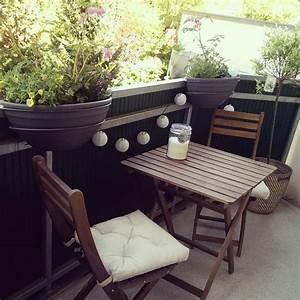 schoner balkon mit holzmobel und lampions mit blick auf With französischer balkon mit lichterkette lampions garten