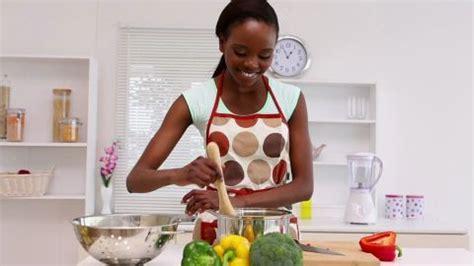 faire du menage dans les bureaux femme type africain faire la cuisine hd stock