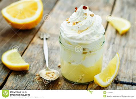 dessert pos 233 avec de la cr 232 me de citron la cr 232 me glac 233 e et la cr 232 me fouett 233 e photo stock