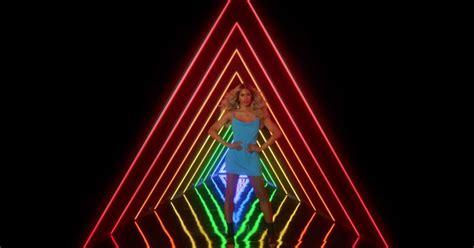 E no mês do orgulho lgbtqia temos esse vídeo produzido por essa lindas mulheres aqui da cidade de jaú com o seguinte. No mês do orgulho LGBT, Netflix faz vídeo empoderador ...