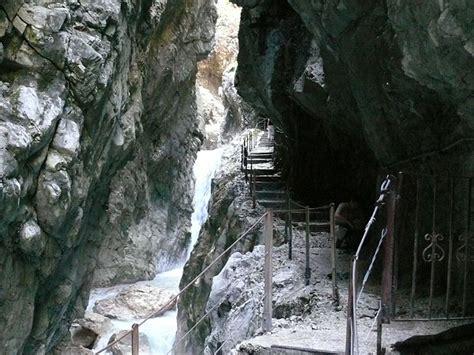 It includes gorges up to 150 meters deep, countless waterfalls, huge rocks and chunks of ice, as well as winding paths, walkways, bridges and tunnels. Bayerische Staatsforsten | Die Höllentalklamm: Eine ...