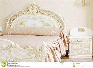 Quarto Luxuoso Com A Tabela Branca Da Cama De Casal E De