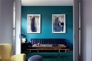 Mur Bleu Pétrole : accrocher un cadre comment mettre en valeur ses photos d co au mur c t maison ~ Melissatoandfro.com Idées de Décoration
